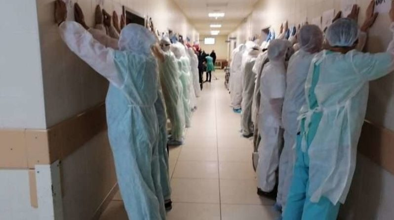 """""""Ми так більше не можемо"""": лікарі столичної лікарні вистроїлися біля стінки у знак протесту проти свавілля режиму Лукашенка (ФОТО, ВІДЕО) новости"""
