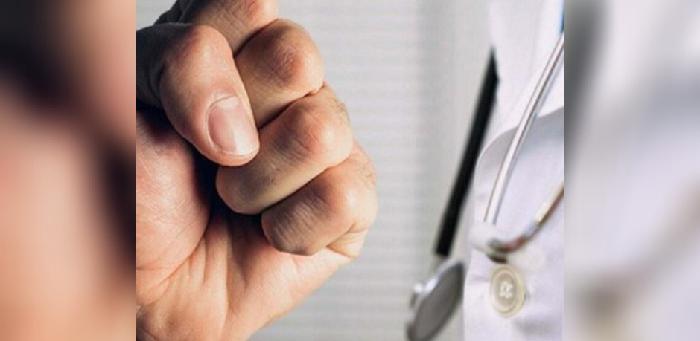 Відмовила в підписанні декларації: У Житомирі пацієнт побuв сімейну лікарку