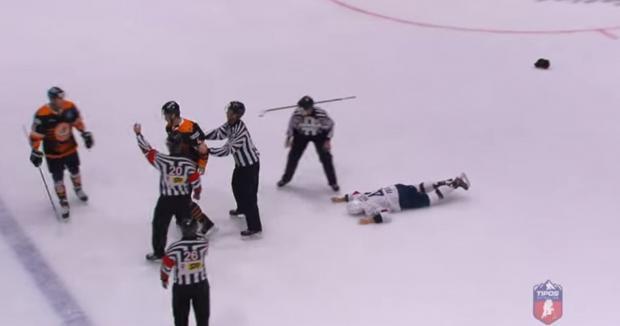 Брутальний хокей: Словацький гравець відправив суперника у глухий нокаут, бідолаху госпіталізували (відео)