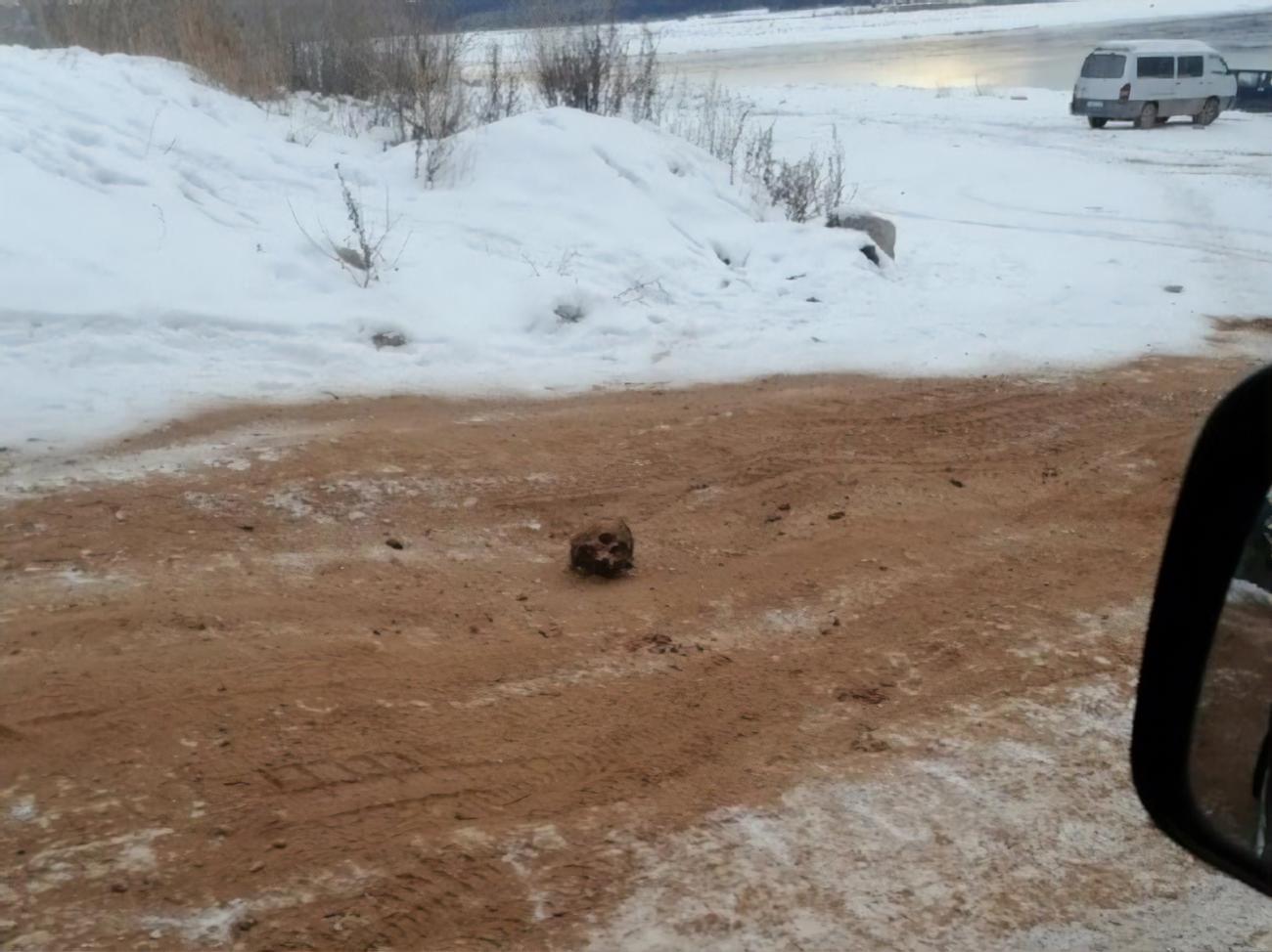 В Іркутській області РФ дорогу посипали піском із людськими кістками