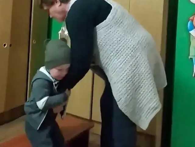 «Втрясала» в штаны: На Полтавщине воспитательница детсада грубо обращалась с ребенком, который не мог сам одеться