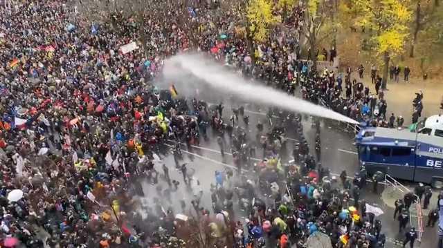 В Берлине применили водомет на митинге против карантина (видео)
