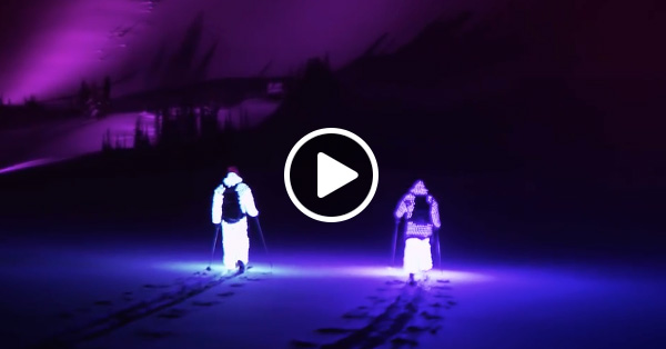 Два парня в светодиодных костюмах вышли кататься ночью на лыжах. Это надо видеть!