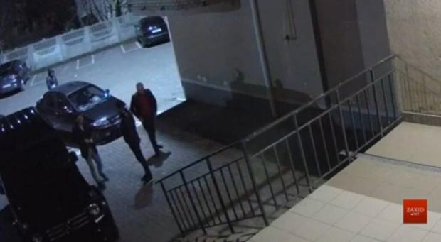 Як свині на стіл з ногами лізуть: Двоє українських депутатів видряпались на «Геліку» сходами на ґанок багатоповерхівки (відео)