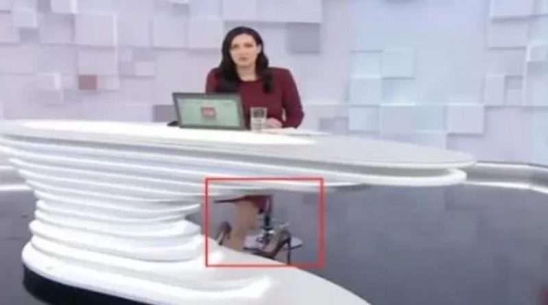 Забула, що стіл прозорий, а там все видно…Телеведуча «1+1» попала в курйозну ситуацію в прямому ефірі.