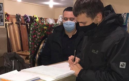 «Карантин вихідного дня», або «Не помuрайtе, дочекайтесь понеділка»: Мережу шокувала поліцейська перевірка «похоронного» магазину на Франківщині