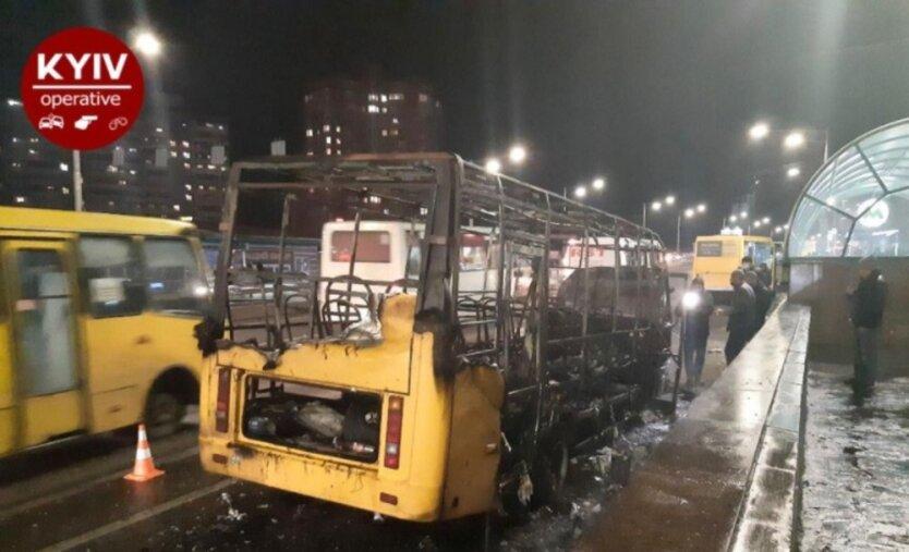 В Киеве буквально за секунды загорелась а затем взорвалась маршрутка (видео)