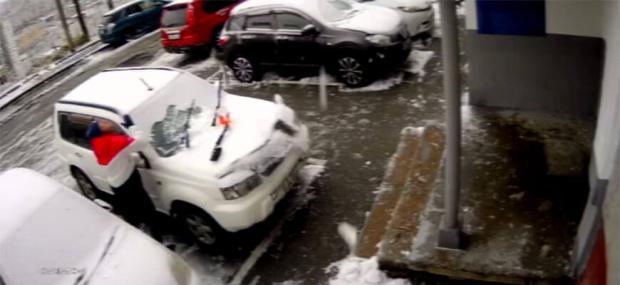 Машину доведеться замінити: чоловік вийшов почистити авто біля будинку і … дивом не відправився на той світ (відео)