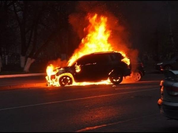 Почалось! У Києві підпалили автомобіль депутата від «Слуги народу»
