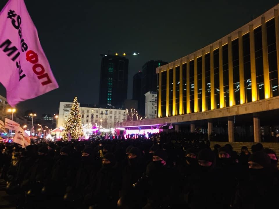 Нацгвардія охороняє палац «Україна», де зараз відувавається новорічний концерт «95 кварталу»