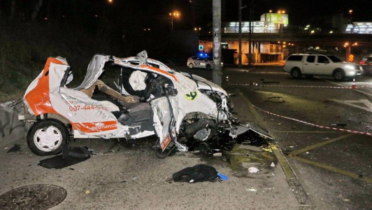 В Киеве Ravon влетел в столб: водитель и женщина-пассажир погибли на месте