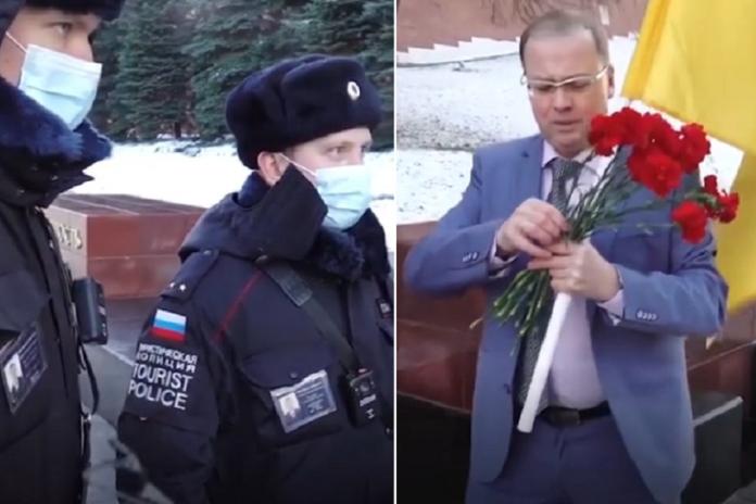 «Слава Україні!» Pociянин пройшовся з укpaїнським пpaпopoм біля Kpeмля (BIДEO)