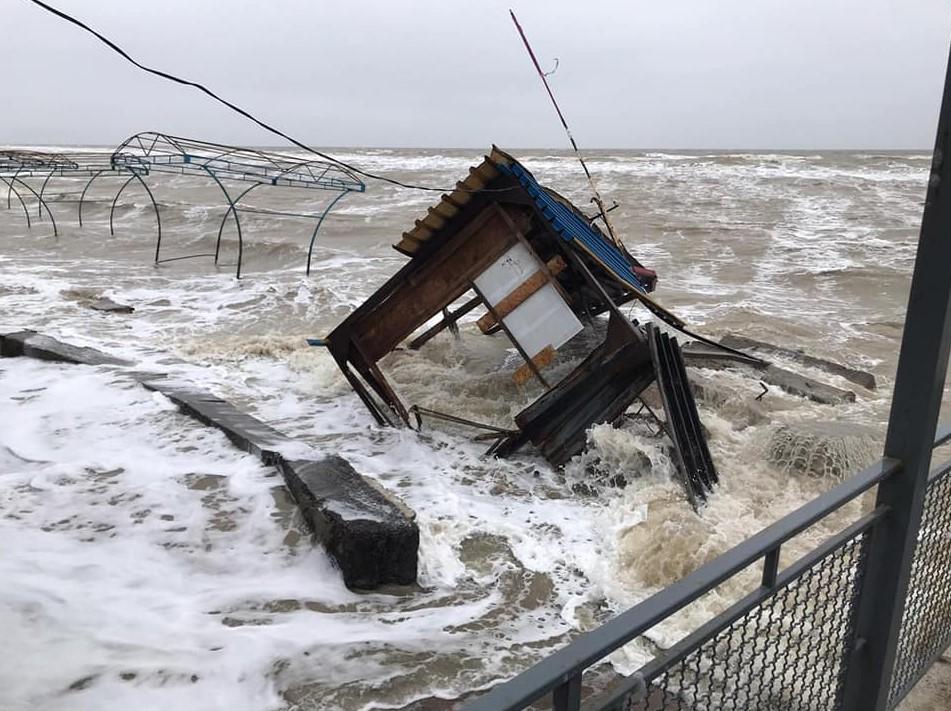Шторм в Кирилловке: здания смыло в воду, береговая линия разрушена
