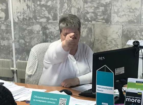 У Лебедині менеджерка «Ощадбанку» скрутила дулю бабусі з обпеченими пальцями. Подробиці