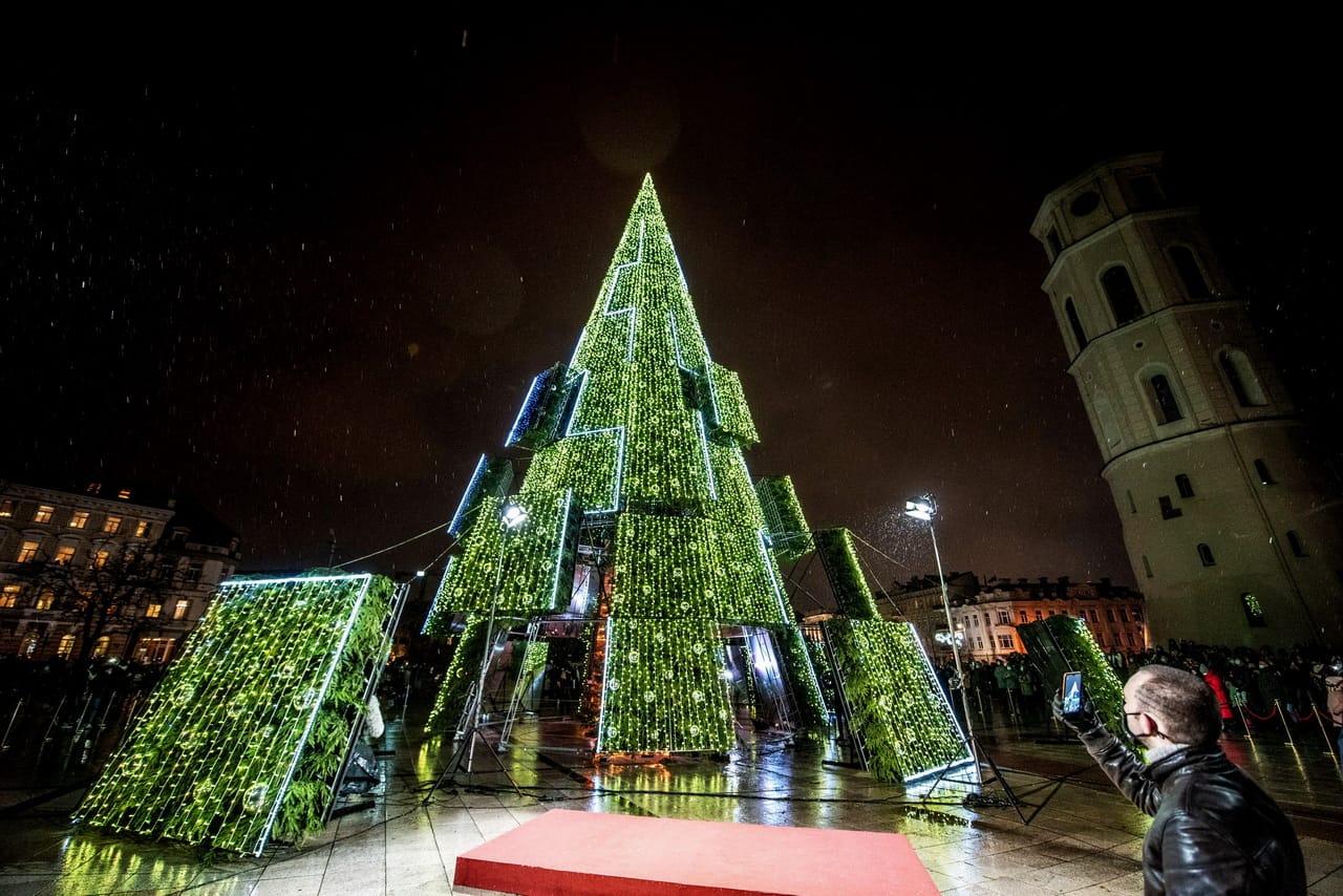 Это Вильнюс. Лучшая новогодняя ёль Европы в этом году. Первое место