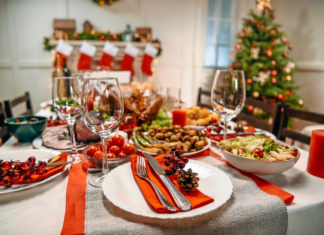 Оливье, Шуба и нарезка: эксперты рассказали, сколько будет стоить новогодний стол