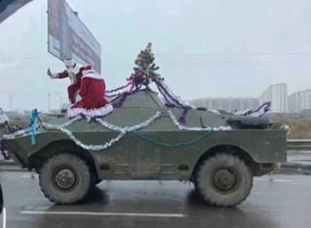 Праздник к нам приходит: два Деда Мороза разъезжали по Киеву на бронемашине