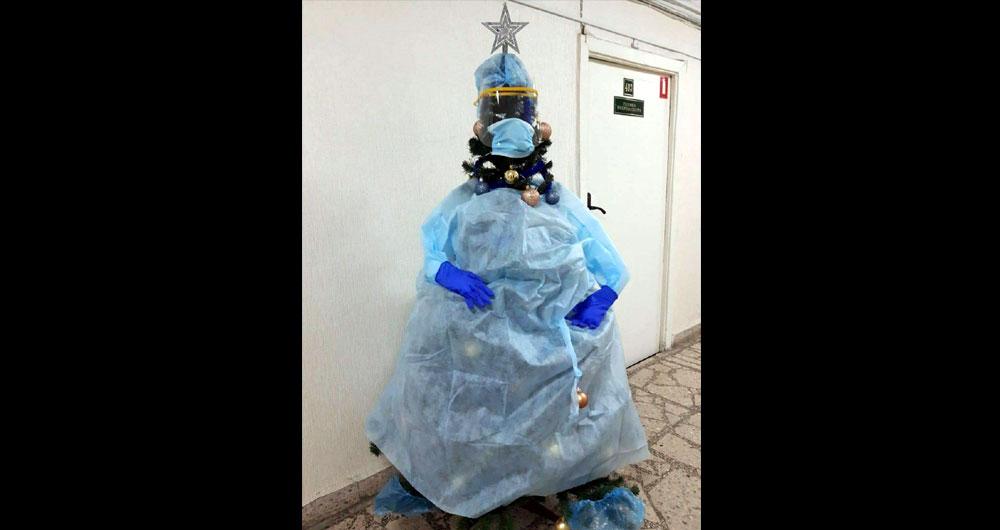 У київській лікарні ялинку нарядили в «коронавірусний» костюм (ФОТО)