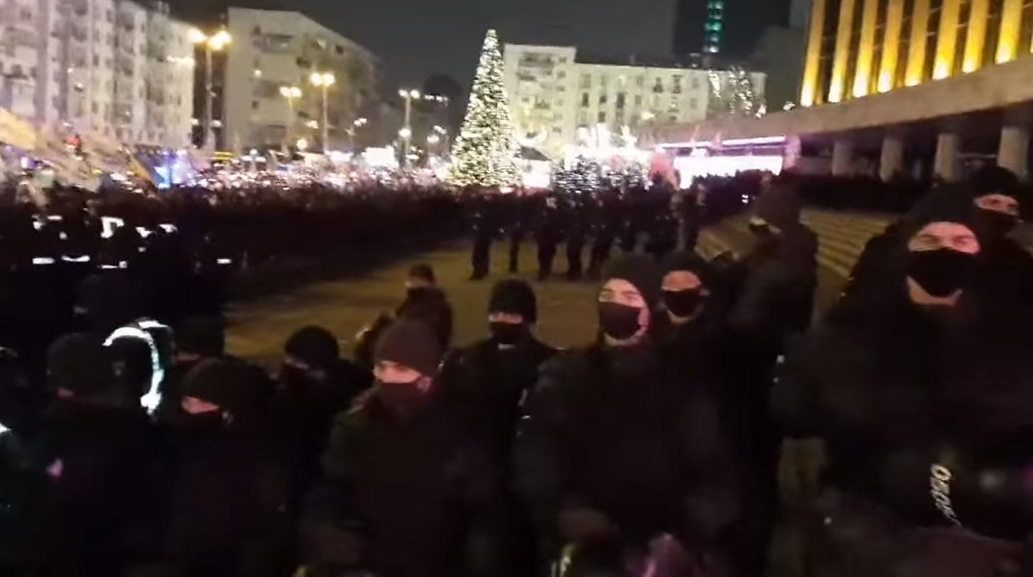 «Я ще такого цирку не бачила, скільки живу!» — киянка показала, що відбувалося біля Палацу Україна