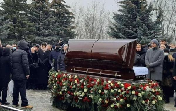 На кладовищі під час похорону Кернеса невідомі запустили салют і феєрверк (ВІДЕО)