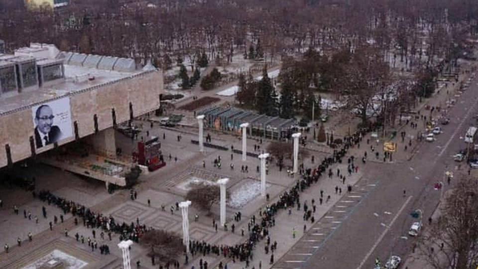 «Де ви курви були, коли ховали 26 курсантів які розбилися в авіакатастрофі? Ви нормальні? Совість є?»- українка
