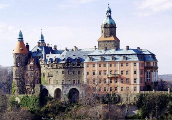 Жахлива знахідка біля замку у Польщі – у річці виявили тіло українки