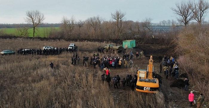 Люди просять допомоги! Протягом останніх лвох днів відбувається протистояння на полі, де вже працює техніка!