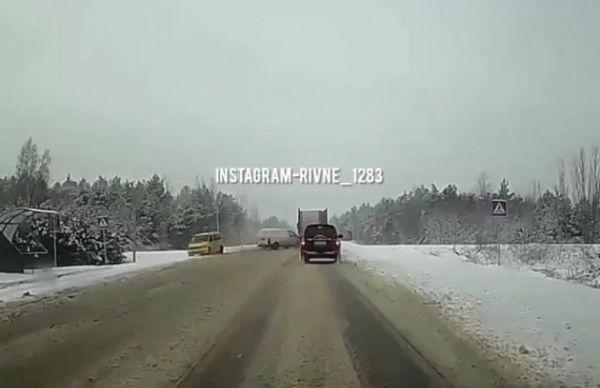 Поблизу Рівного сталась потрійна аварія: момент зіткнення зафіксувала камера (ВІДЕО)