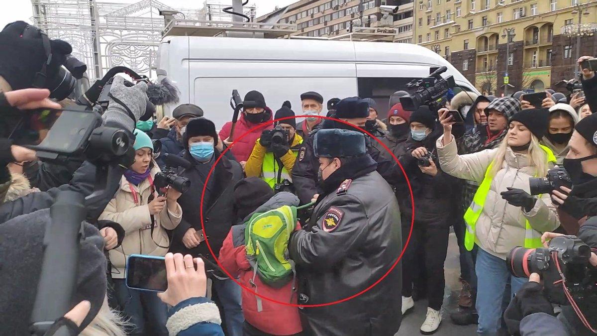 В России на митинге задержали мальчика лет 10. Остальные стоят, снимают на камеры. Видео