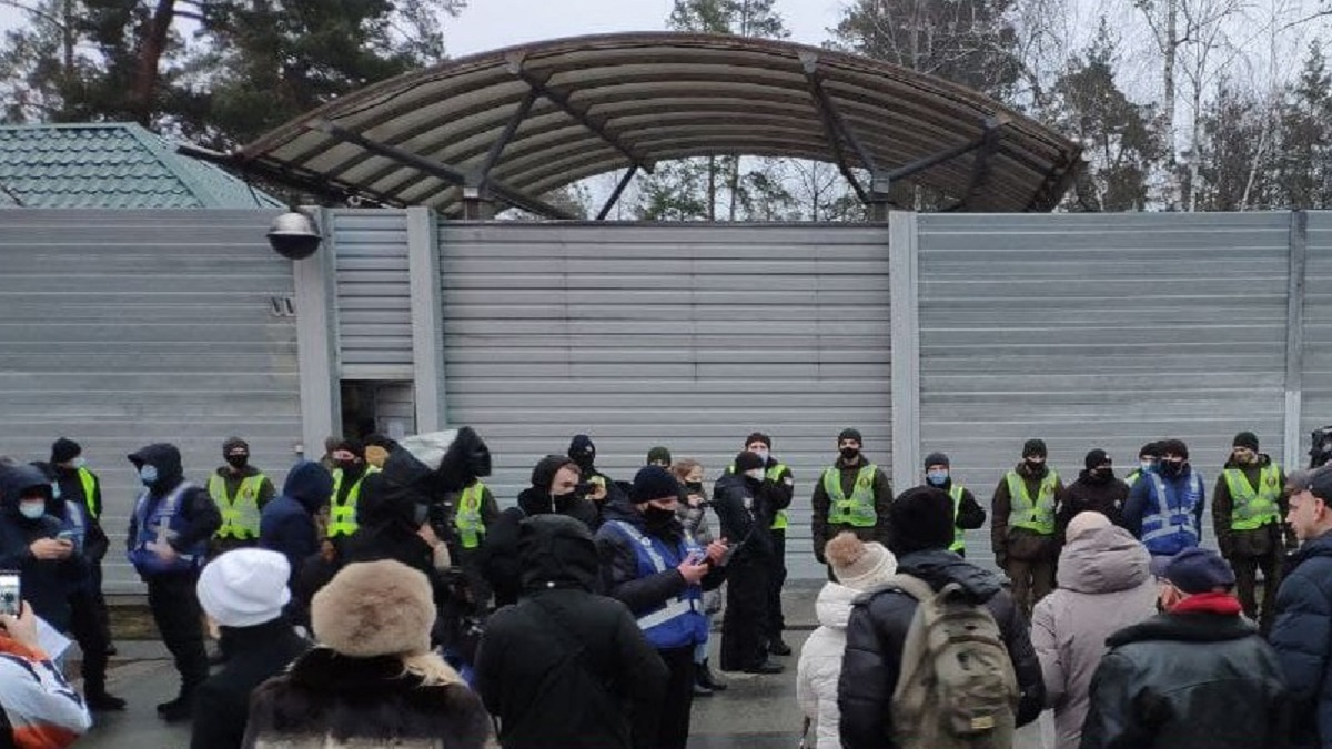 Под резиденцией Зеленского в Конча-Заспе разбросали платежки за коммуналку