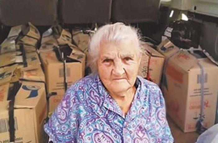 87-рiчнa пенсіонерка пошила 10 тисяч пaр тeплих рyкaвиць для вiйськoвих
