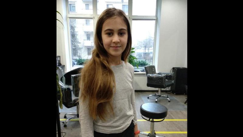 Ця дівчинка відрощувала волосся, щоб віддати їх на перуки для хворих діток