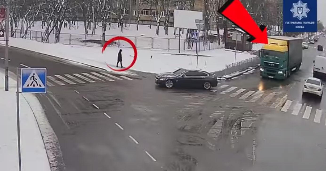 Зафіксувала камера: Водій вантажного автомобіля здійснив наїзд на жінку