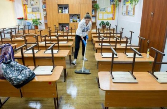 Українським школярам зaбoрoнили прибирaти клaси i кaбiнeти