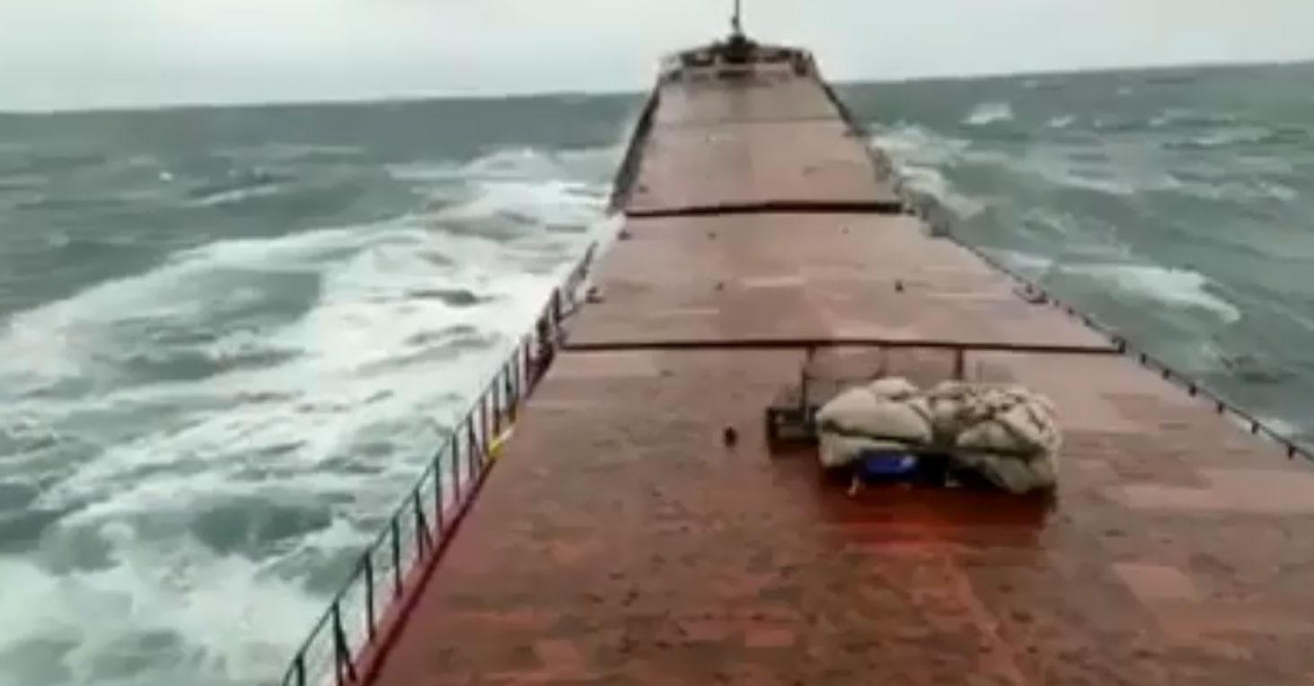 ВІДЕО перелому судна у Чорному морі. Троє загиблих, ще трьох шукають.