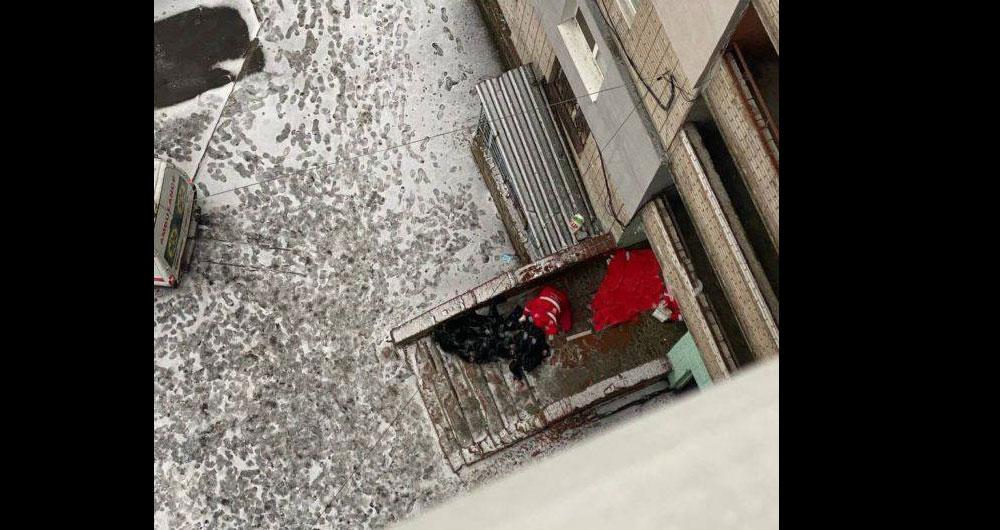 У Дніпрі жінка випала з 14-го поверху і впала на чоловіка, який вийшов з під'їзду