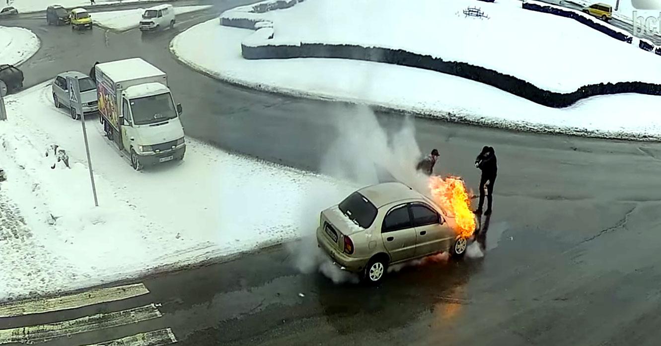 У Білій Церкві люди гуртом гасили палаючий автомобіль. Відео