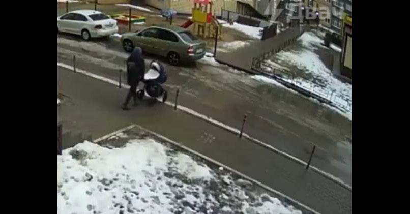 На Росії самогубця стрибнув з вікна на візочок і убив дитину. Відео. Не для слабкодухих