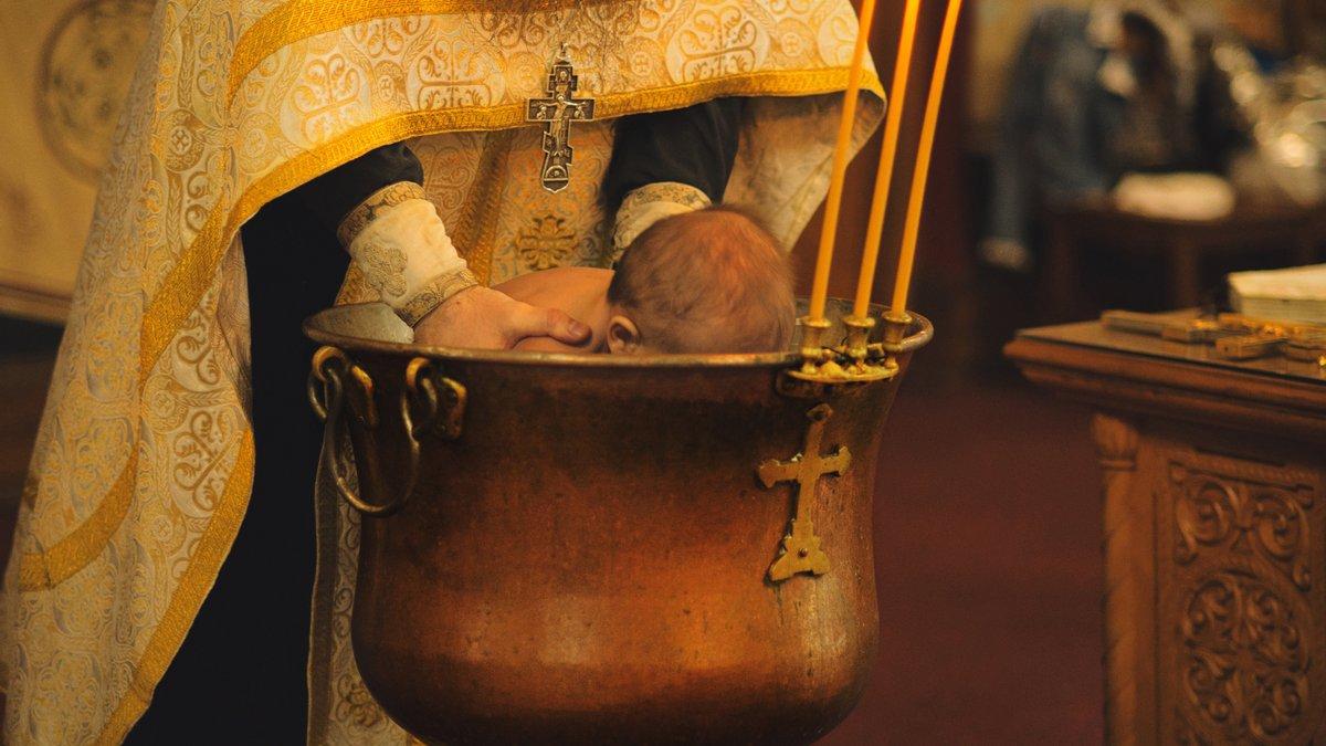 У Румунії священник випадково втопив немовля під час хрещення