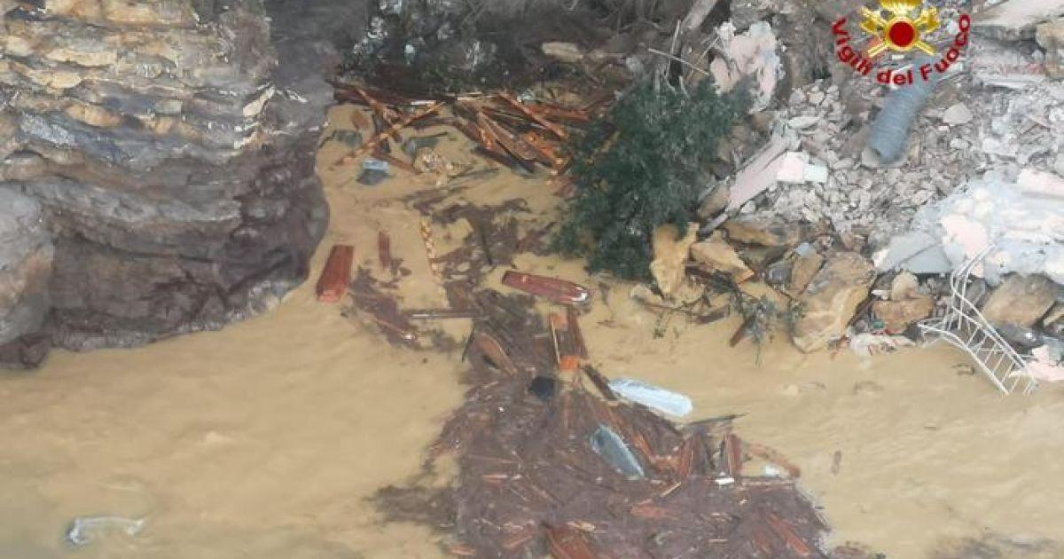 В Італії стався потужний обвал землі на кладовищі: 200 трун змило у море (фото, відео) (5 фото)