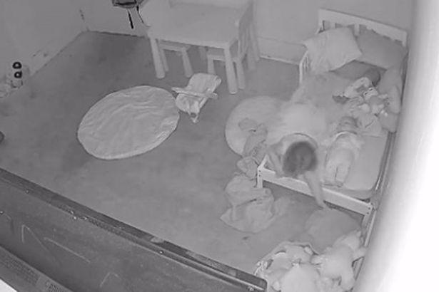 Хитом сети стало видео, как «призрак» затаскивает ребенка под кровать