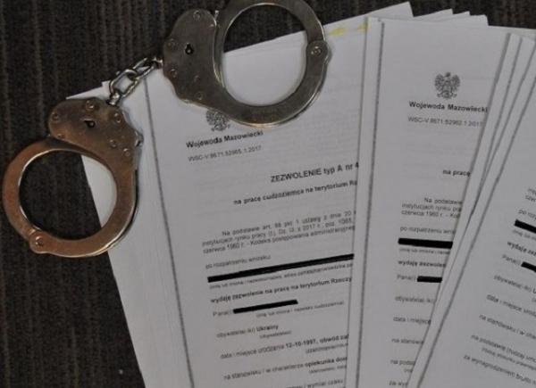 У Польщі викрили групу шахраїв-посередників, які видали понад 8 тисяч фіктивних запрошень на роботу