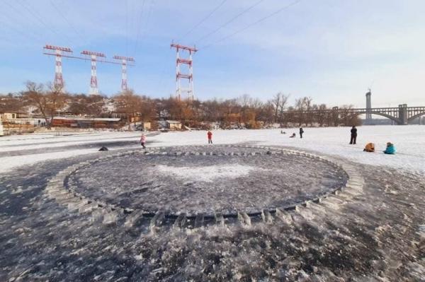 Безпека? Ні, не чули! Мода на небезпечні каруселі посеред замерзлих водойм шириться Україною (ФОТО/ВІДЕО)
