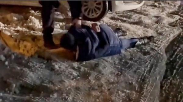 «Бач, яке бидло!»:  жінка пригрозила відірвати калитку патрульному (ВІДЕО)