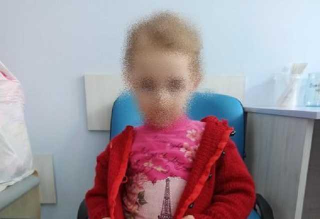 В Сумах горе-мамаша оставила 2-летнюю дочь на немощного свекра