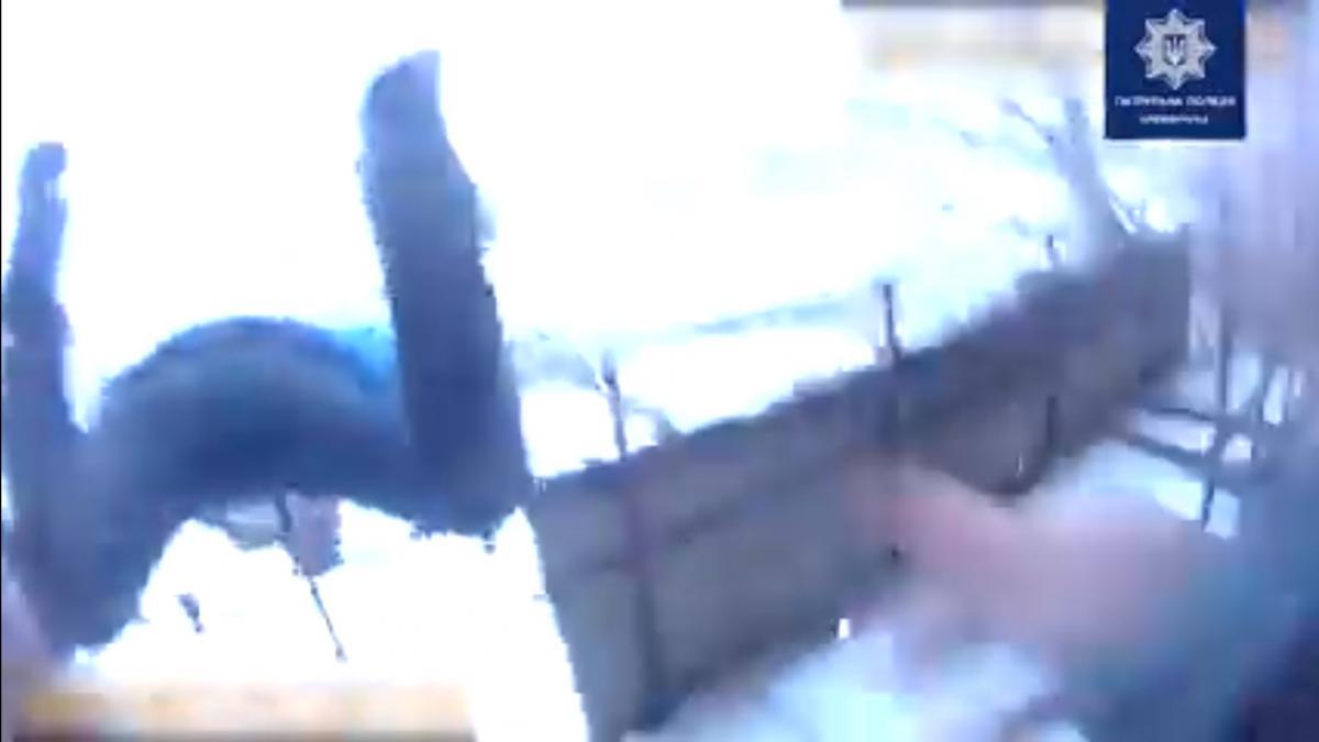 На Полтавщині копи зловили за ногу чоловіка, який стрибнув з сьомого поверху (відео)