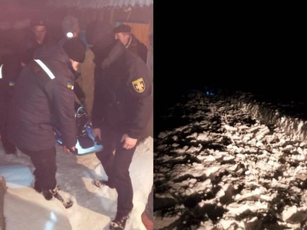 Хвору жінку довелося 500 метрів нести на ношах засніженою дорогою (ФОТО)