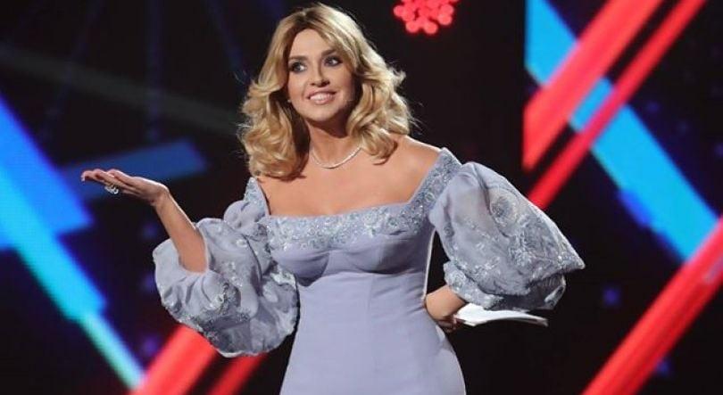 Скрипін: Я хочу, щоби ви це знали. Щоразу. Запам'ятайте — щоразу. ЩОРАЗУ… Ведуча шоу вдягала нову сукню. ЩОРАЗУ. Якщо не було нової сукні, була…
