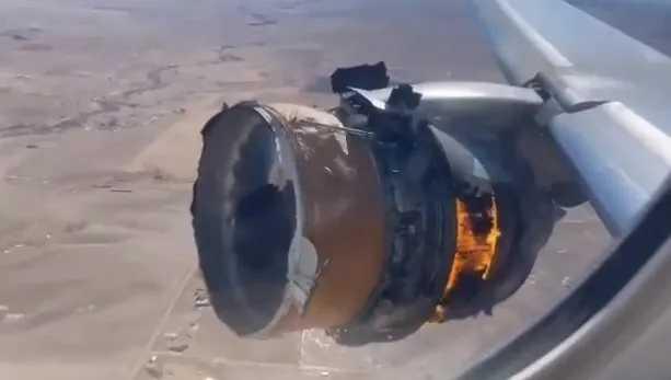 В США самолет загорелся в небе: обломки упали на жилые дома (фото)