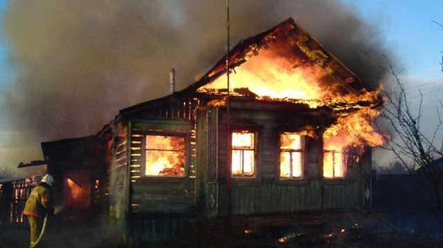 В винницком селе прохожий спас из огня мальчика и девочку, пока их пьяная мать спала